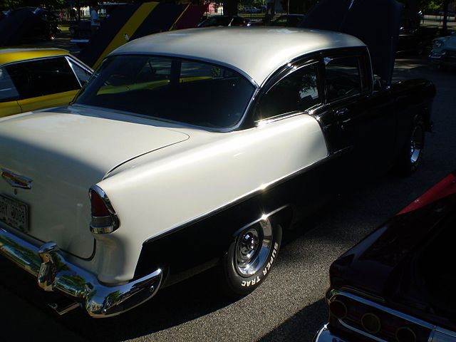 https://upload.wikimedia.org/wikipedia/commons/thumb/f/f0/Black_white_1955_chevrolet_two-ten_%28reverse%29.JPG/640px-Black_white_1955_chevrolet_two-ten_%28reverse%29.JPG