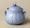 Blauwe suikerpot met reliëfmotief (1860), Petrus Regout & Co.jpg