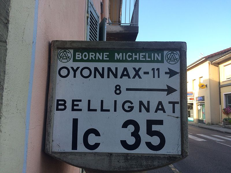 Borne d'angle Michelin dans la commune d'Izernore (Ain)