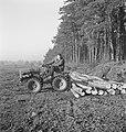 Bosbewerking, arbeiders, boomstammen, landbouwmachines, werktuigen, sleepwerkzaa, Bestanddeelnr 253-4004.jpg