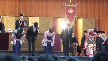 Datei:Bowing-students-waseda-graduation2015.ogv