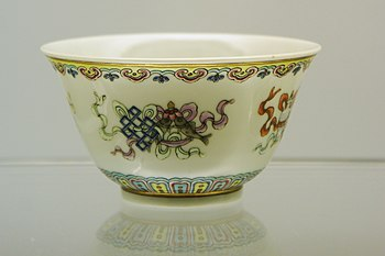Bowls with design of the Eight Buddhist Emblems in fencai enamels (Hong Kong Museum of Art).JPG