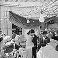 Bruidspaar staat onder de Choepa terwijl de bruid en bruidegom elkaar omhelzen, Bestanddeelnr 255-2003.jpg