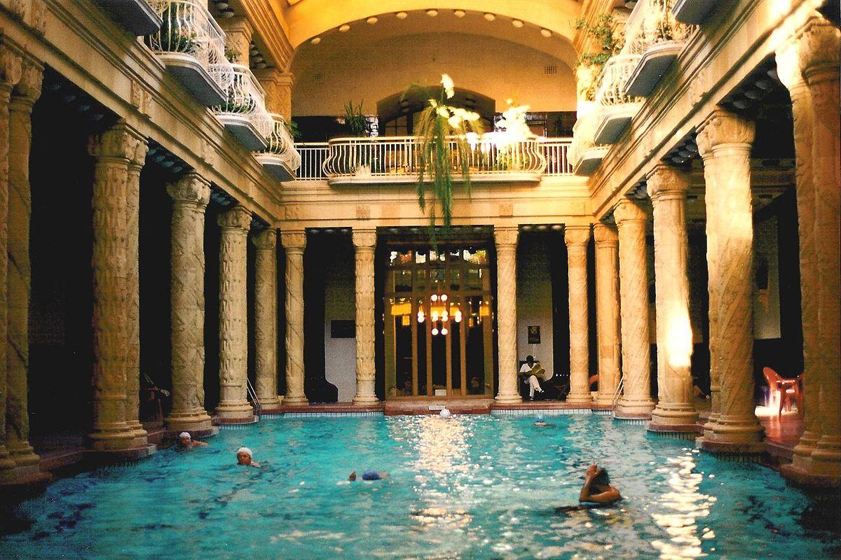 Piscine du bains Gellert à Budapest entourée de colonnes sculptées. Photo de Joe Mabel