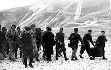 rivi saksalaisia sotilaita kävelemässä Mussolinin kanssa