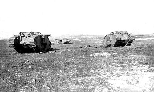 Bundesarchiv Bild 104-0962, Bei Cambrai, Moeuvers, zerstörte englische Panzer.jpg