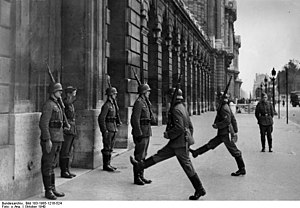 Bundesarchiv Bild 183-1985-1216-524, Paris, Wachablösung.jpg