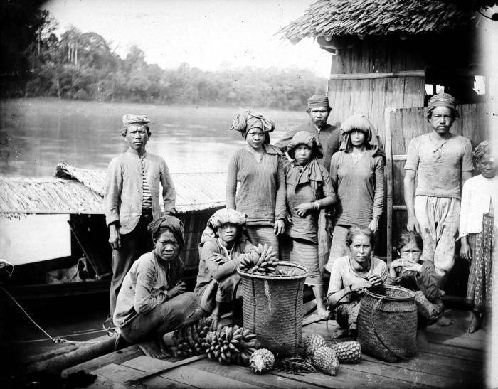 COLLECTIE TROPENMUSEUM Dajak vrouwen verkopen vruchten vanaf een vlot op de Barito-rivier bij Bandjermasin Zuid-Borneo TMnr 10005854