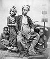 COLLECTIE TROPENMUSEUM Goesti Ngoera K'toet Djilantik vorst van Boleleng Bali met zijn dochter. TMnr 60002162.jpg