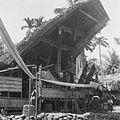 COLLECTIE TROPENMUSEUM Het versierde huis met de kist van de overledene tijdens een dodenfeest van de Toraja in Sadang TMnr 10028485.jpg