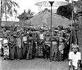 COLLECTIE TROPENMUSEUM Toeschouwers bij een schijngevecht met pandanblad in de desa te Tenganan Oost-Bali TMnr 10003409.jpg