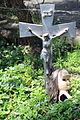 Cabeza de muñeca junto a cruz.JPG