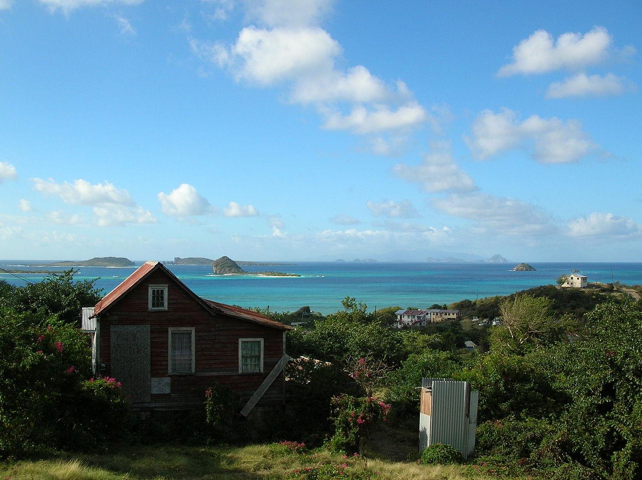 Pemandangan Carriacou, dengan pulau-pulau Grenadine lainnya terlihat di kejauhan