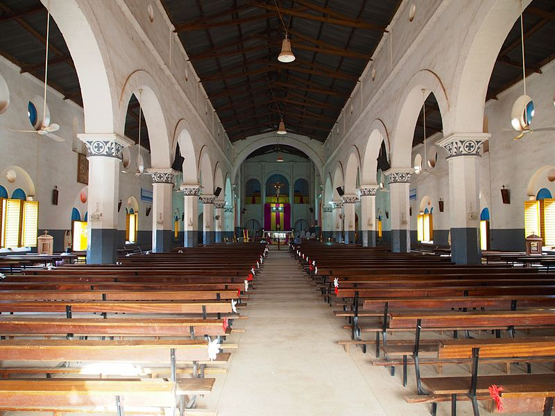 Cathedrale Ouaga interieur.jpg