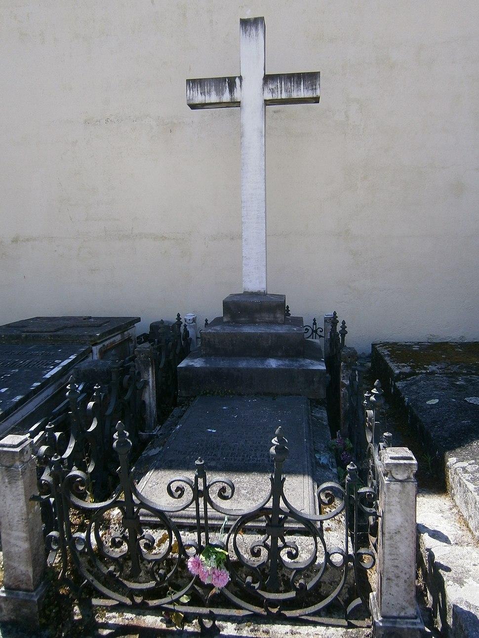 Tumba no cemiterio de S. Amaro.