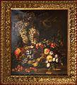 Christian Berentz (attr.), natura morta con melograna, fichi, sorbe, ciliegie e uve su un piano di pietra.jpg