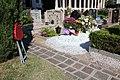 Cimitero Monumentale (Trento) - DA SEDUTI A SDRAIATI o seduti a vegliare!.jpg