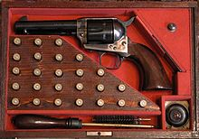 La celebre Colt Single Action Army del 1873 in astuccio con accessori e cartucce. Il calibro è, in questo caso, il .357 Magnum