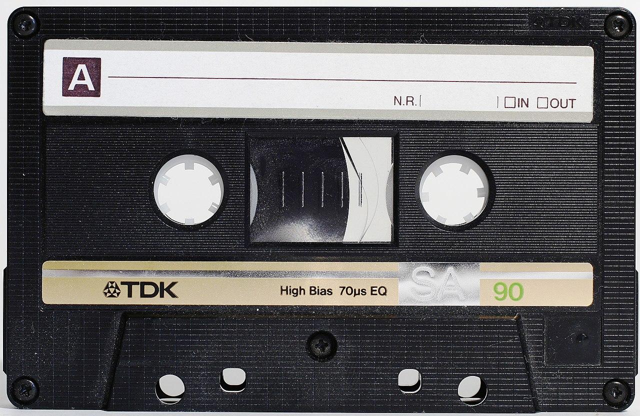 https://upload.wikimedia.org/wikipedia/commons/thumb/f/f0/Compactcassette.jpg/1280px-Compactcassette.jpg