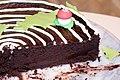Coupe de cake moelleux au chocolat décoré.jpg