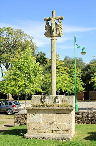Croix de cimetière de Saint-Allouestre, Morbihan, France. Vue générale ouest.