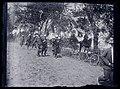 Défilé militaire sur un chemin de campagne bordé d'arbres.jpg