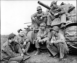 Ernie Pyle - Pyle with a crew from the US Army's 191st Tank Battalion at the Anzio Beachhead in 1944