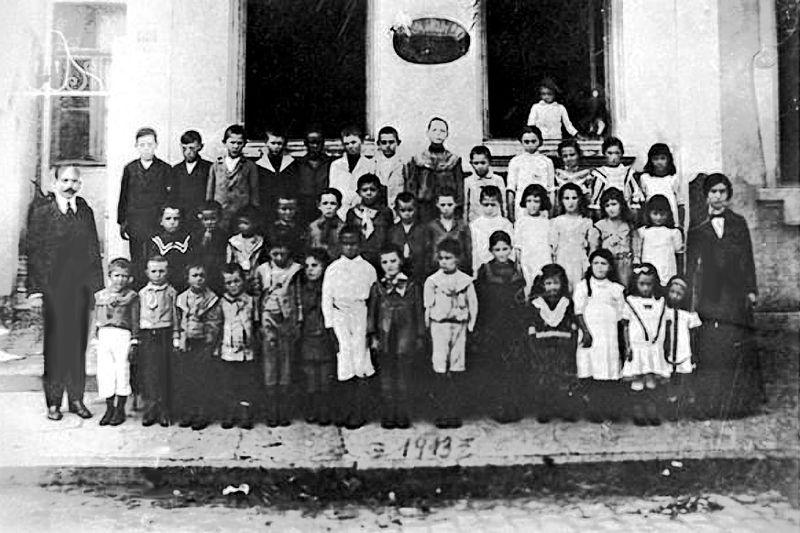 Archivo: Escola.moderna.1.1913.jpg