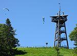 Eugen-Keidel-Turm auf dem Schauinsland mit Gleitschirmflieger 4.jpg