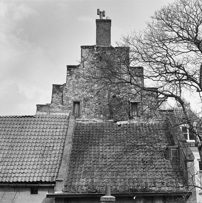 Gepleisterd huis met rechte kroonlijst hoog zadeldak for Exterieur kelder