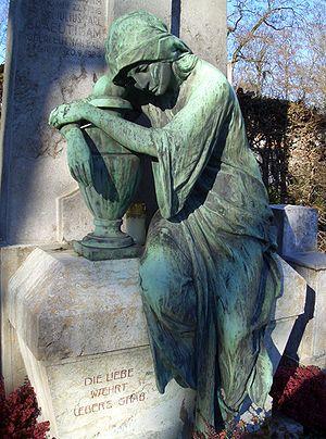 Nordfriedhof (Munich) - Mourner on the monument of Julius Braeutigam (d. 1905) (electrotype by Fidel Binz, WMF, Geislingen