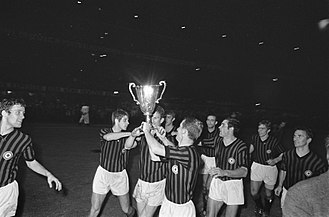 1967–68 European Cup Winners' Cup - Image: Finale Europa Cup II AC Milan tegen HSV Hamburg 2 0. Spelers van Milan maken ro…, Bestanddeelnr 921 3777