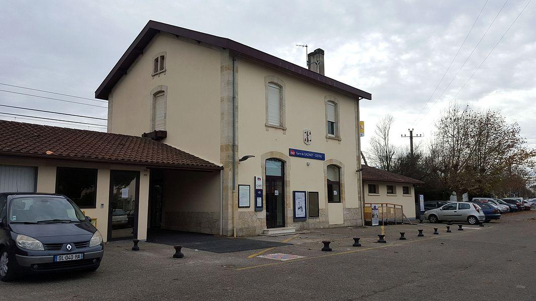 Vue du bâtiment voyageurs, côté rue, de la gare SNCF de Gazinet-Cestas.