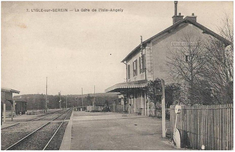 Ancienne gare de L'Isle-Angely sur la ligne d'Avallon à Nuits-sous-Ravières.
