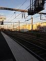 Gare de Versailles-Chantier - Quai, vers l'est, au soleil couchant.jpg