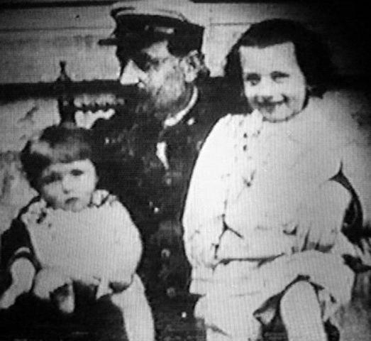 Жорж Батай (слева) во младенчестве рядом со своими отцом и братом Марсьялем. Около 1898 года
