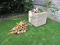 Grab Hanns-u-Steffy-Eisler Blumen-fuer-Hanns-Eisler 50ster-Todestag LWS1029.JPG