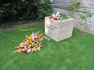 Hanns Eisler - Grave of Eisler and his third wife Steffy, as photographed on the 50th anniversary of his death. His grave is one of 800 graves of honor maintained by the authorities.
