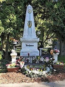 Beethovens Grab, Zentralfriedhof Wien (Quelle: Wikimedia)