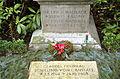 Grabmal Erich Madsack (1889-1969), Luise Madsack (19011-2001) und Claudia Freifrau Schilling von Canstatt (1940-2003), Stadtfriedhof Engesohde, Hannover (Ausschnitt).jpg