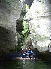 cinq canyonistes au pied de parois calcaires