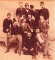 Grupo de estudantes universitários, Câmara Pestana está sentado no chão ao centro (Espólio Familiar, Dr. Luís da Câmara Pestana).png