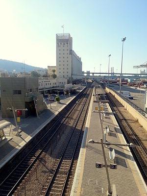 Haifa Center HaShmona railway station - View of the track and platforms of Haifa Center HaShmona