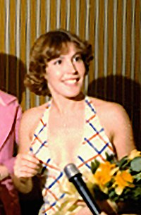 Helen Reddy Cropped Frame 28A (1976-03-27)(Gerald Ford Library) (cropped) (cropped).jpg