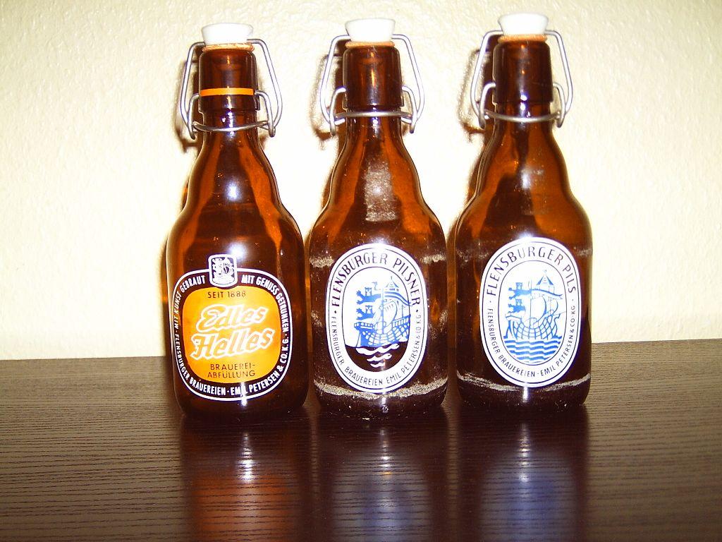 file historische flensburger buegelflaschen das etikett ist aus glas oder email jpg wikimedia. Black Bedroom Furniture Sets. Home Design Ideas