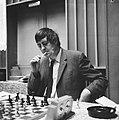 Hoogovenschaaktoernooi te Beverwijk, Jan Hein Donner tijdens zijn partij tegen S, Bestanddeelnr 917-3565.jpg
