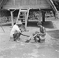 Iemand van Van de Polls reisgezelschap speelt een gezelschapsspel (Awari Bangi) , Bestanddeelnr 252-6792.jpg