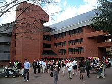 Centrul intercultural se află în spatele Pieței Roșii.  Zeci de studenți sunt imaginați în piață, mulți trecând prin ei, alții stând la mese demonstrând