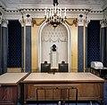Interieur overzicht gerechtszaal met nis met daarin een buste - Schiedam - 20380951 - RCE.jpg