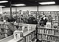 Interieur van de Openbare bibliotheek Bennebroek afbeelding door United Photos de Boer. - Haarlem de Boer, 1988. 1 foto 12,5x17,5 cm. Afgebeeld is een kijkje in de Openbare Bibliotheek van Bennebroek .JPG